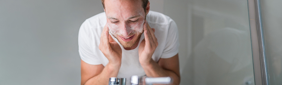 A men washing his face